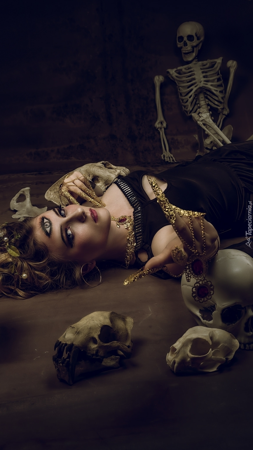Kobieta pośród czaszek