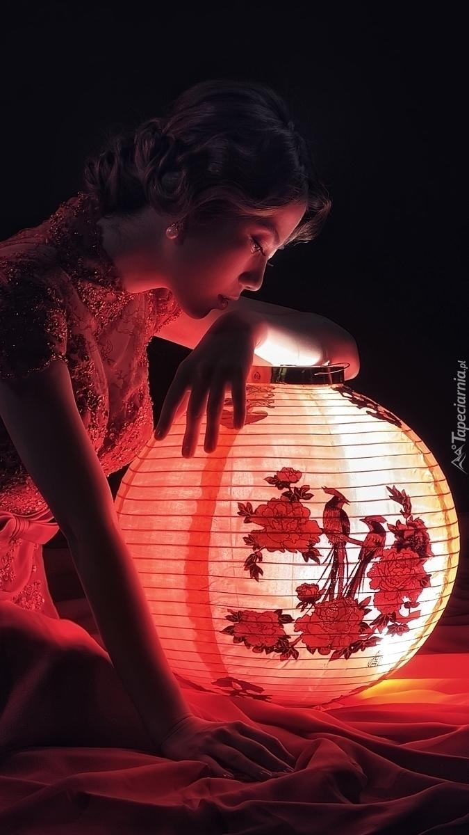 Kobieta przy lampionie