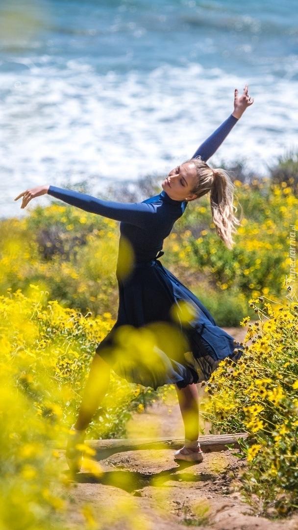 Kobieta tańcząca wśród kwiatów