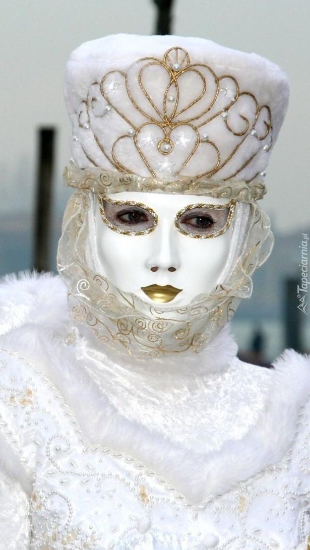 Kobieta  w białej masce