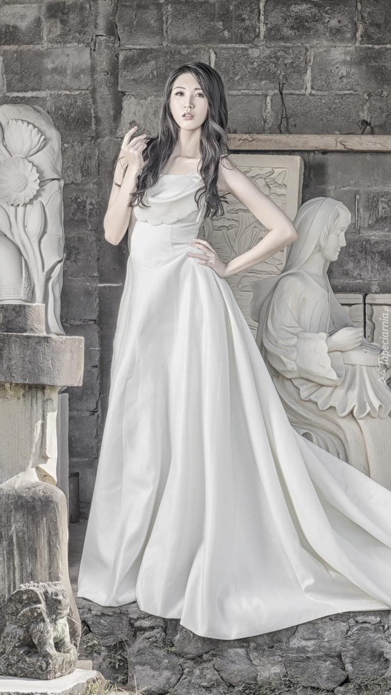 Kobieta w białej sukni
