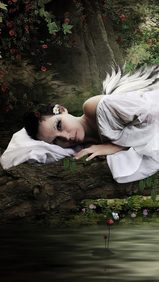 Kobieta w białej szacie ze skrzydłami