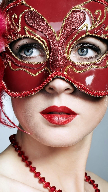 Kobieta w czerwonej masce karnawałowej