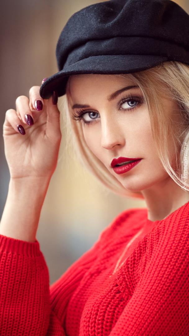 Kobieta w czerwonym sweterku i czapce