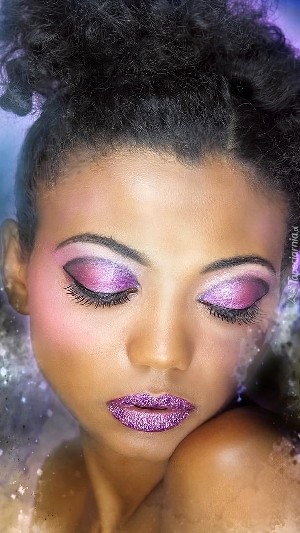 Kobieta w fioletowym makijażu