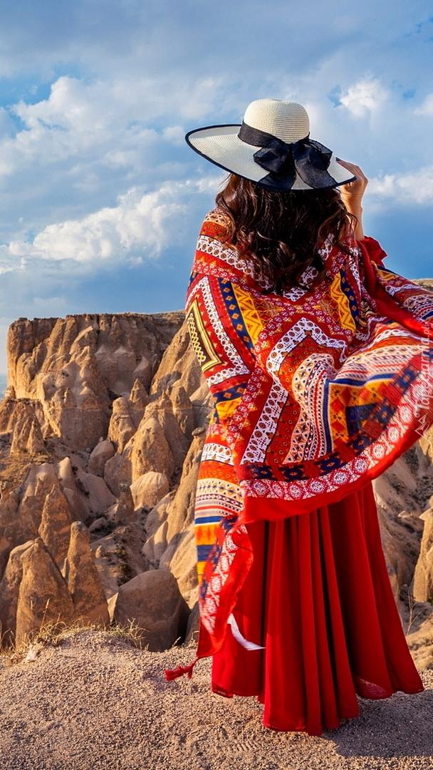 Kobieta w kapeluszu na tle skał