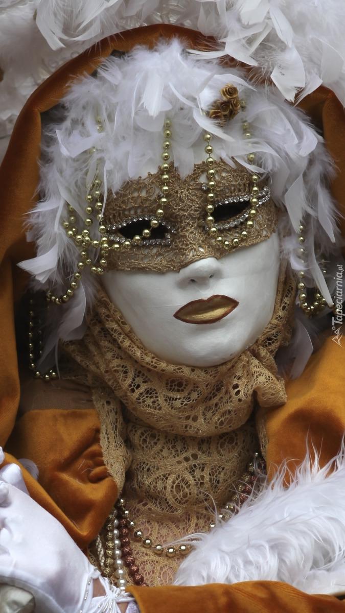 Kobieta w karnawałowej masce