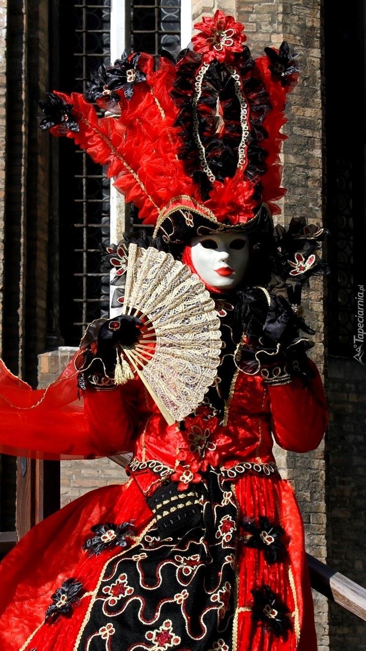 Kobieta w karnawałowym stroju