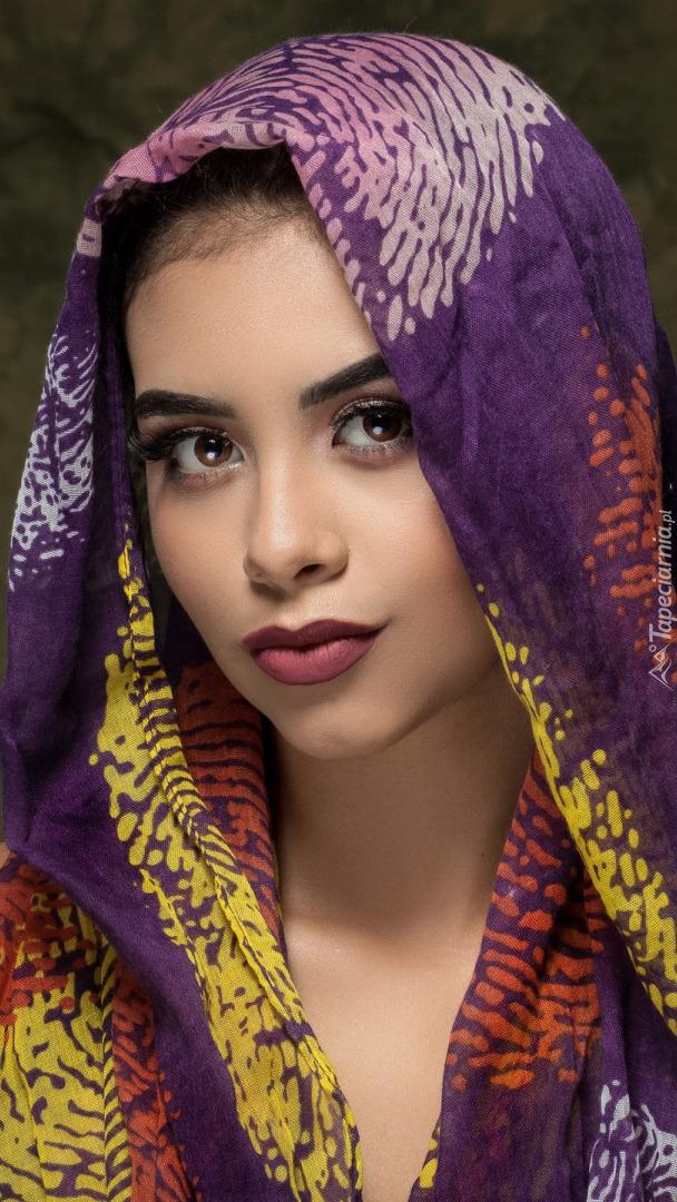 Kobieta w kolorowej chuście