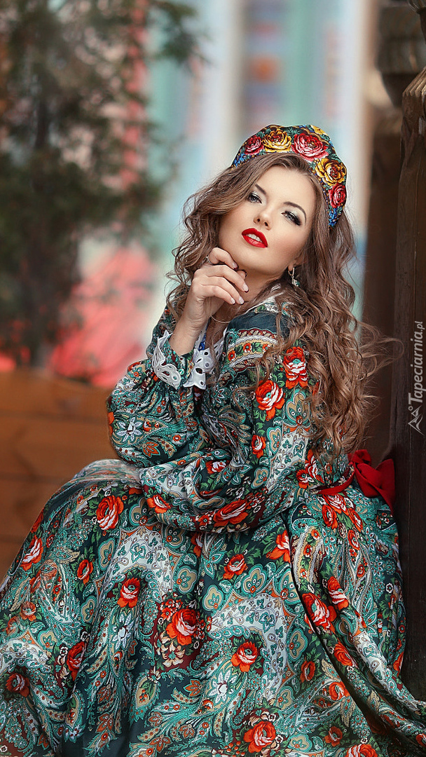 Kobieta w kolorowej sukni