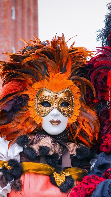 Kobieta w masce z pióropuszem