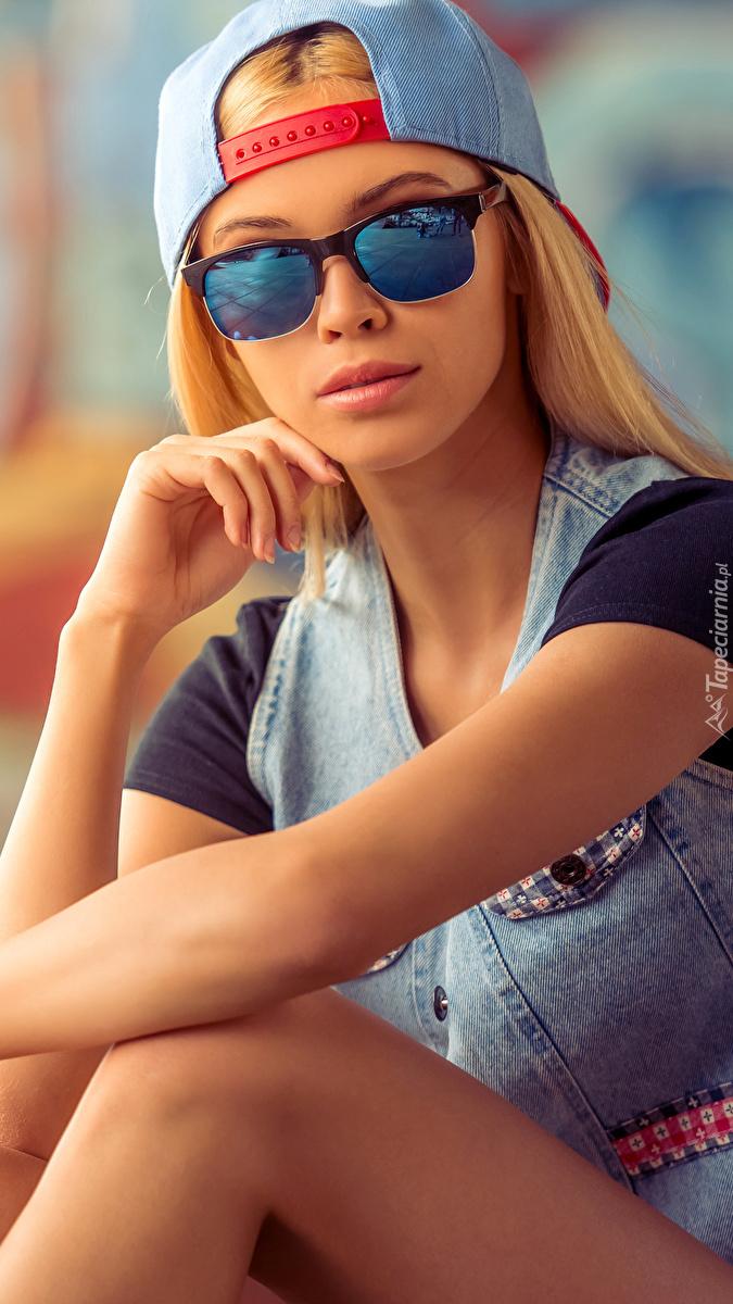 Kobieta w okularach i czapce