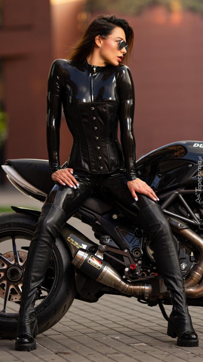 Kobieta w okularach na motocyklu