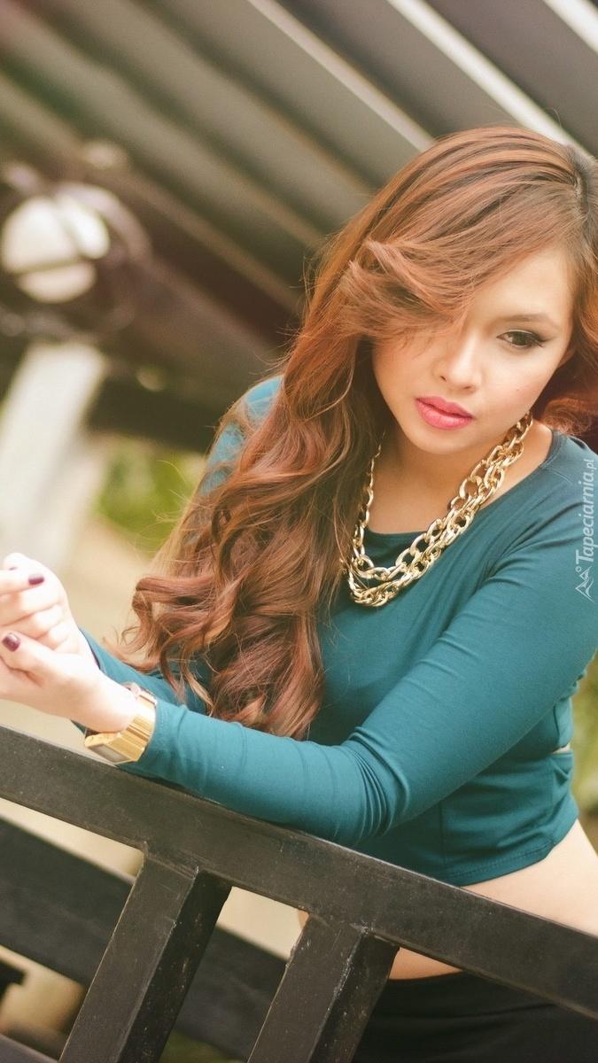 Kobieta w pięknej biżuterii