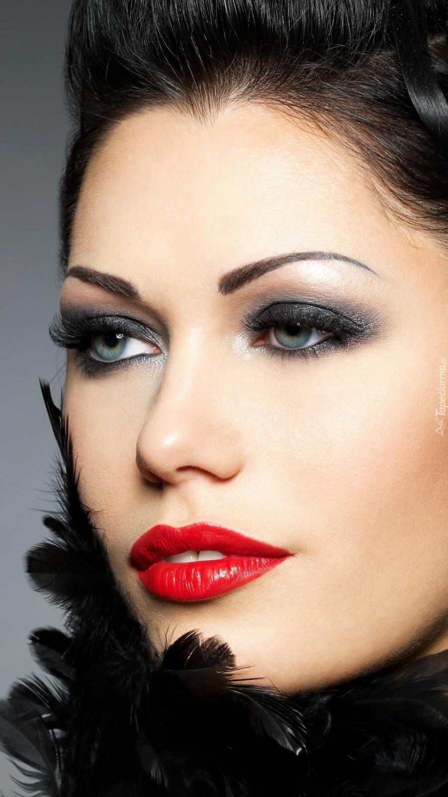 Kobieta w piórach z makijażem