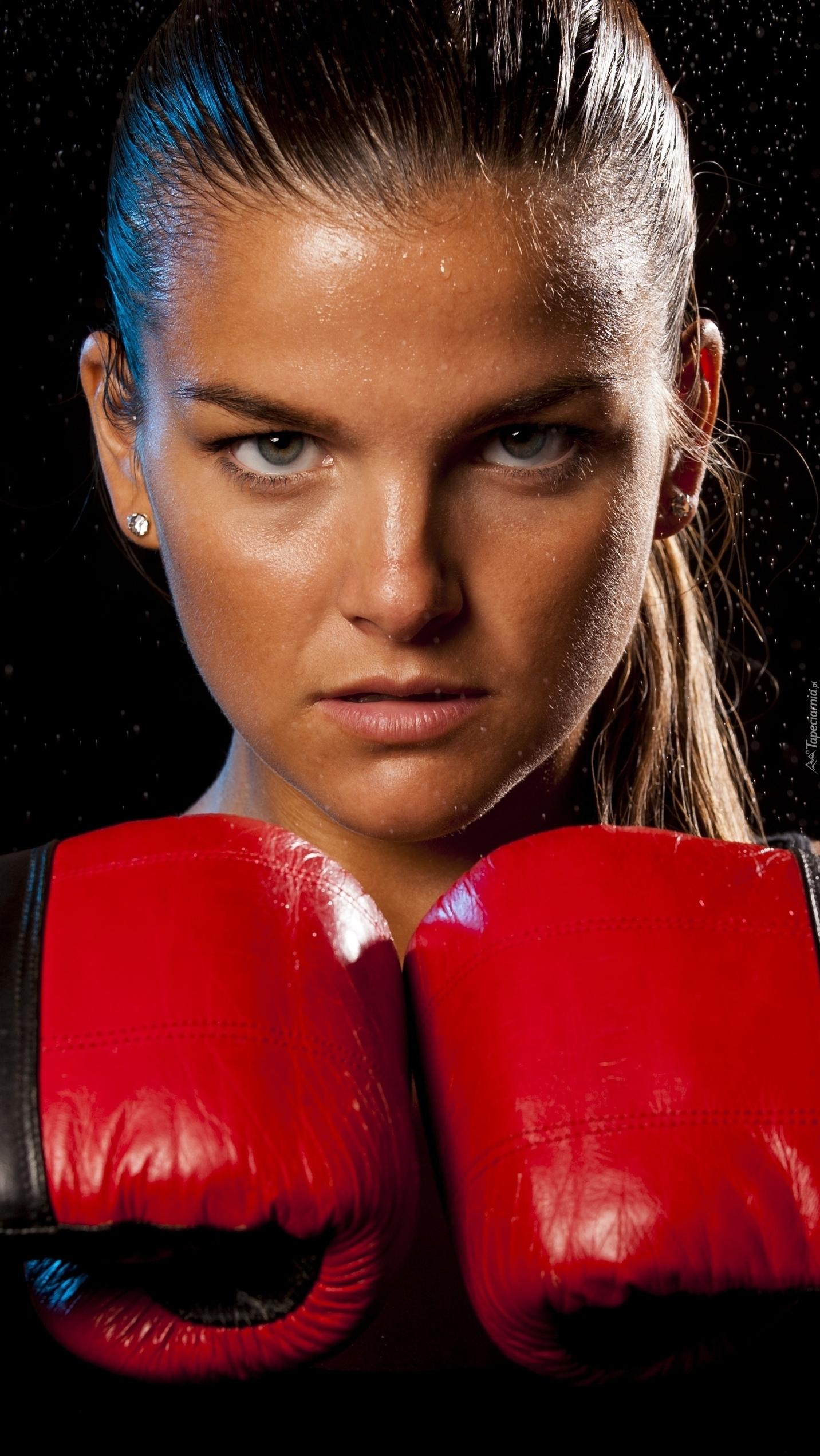 Kobieta w rękawicach bokserskich