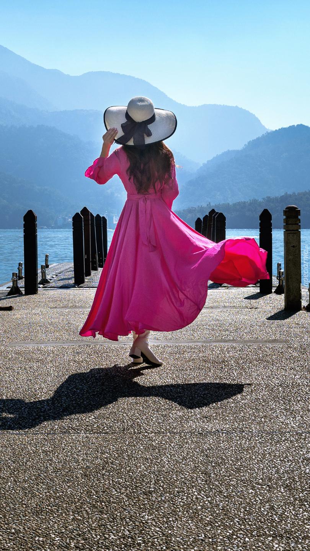 Kobieta w różowej sukience i kapeluszu