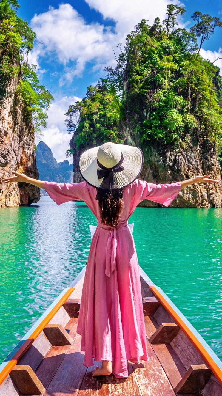Kobieta w różowej sukience na łódce