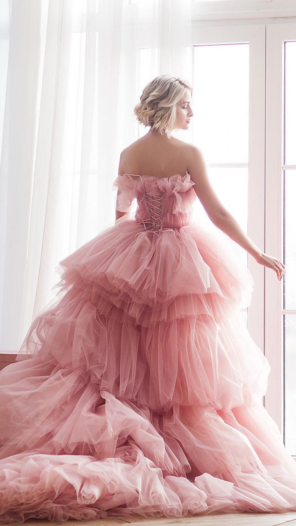 Kobieta w różowej sukni