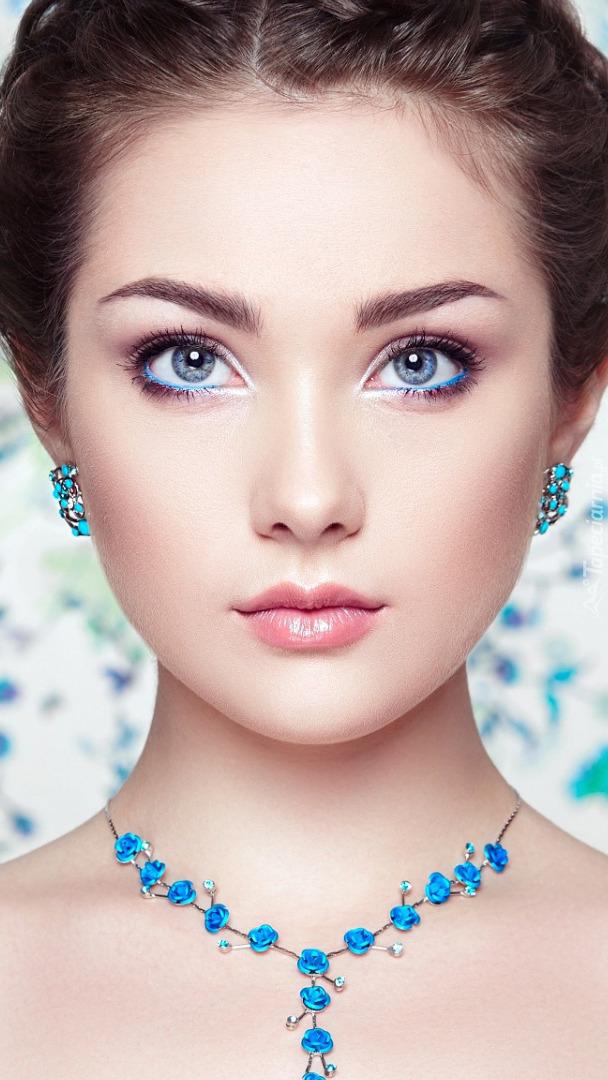 Kobieta w turkusowej biżuterii