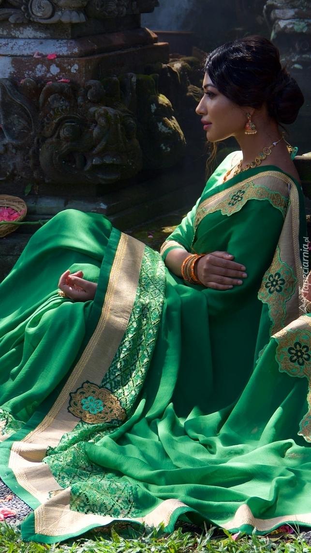 Kobieta w zielonej sukni