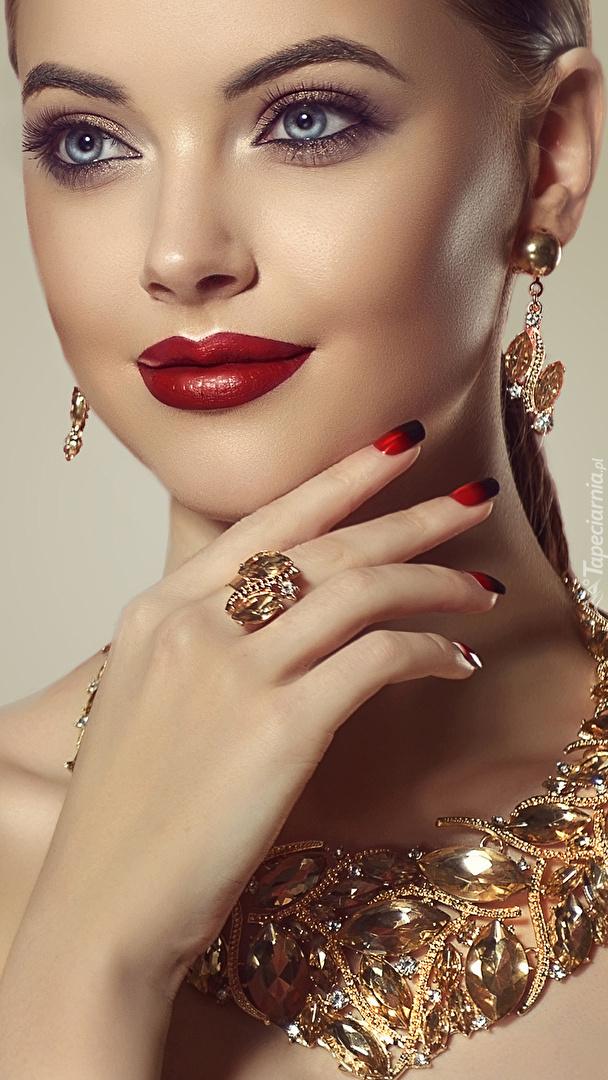 Kobieta w złotym naszyjniku