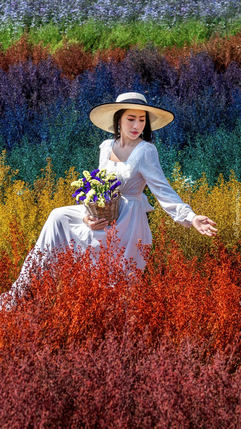 Kobieta wśród kolorowych roślin