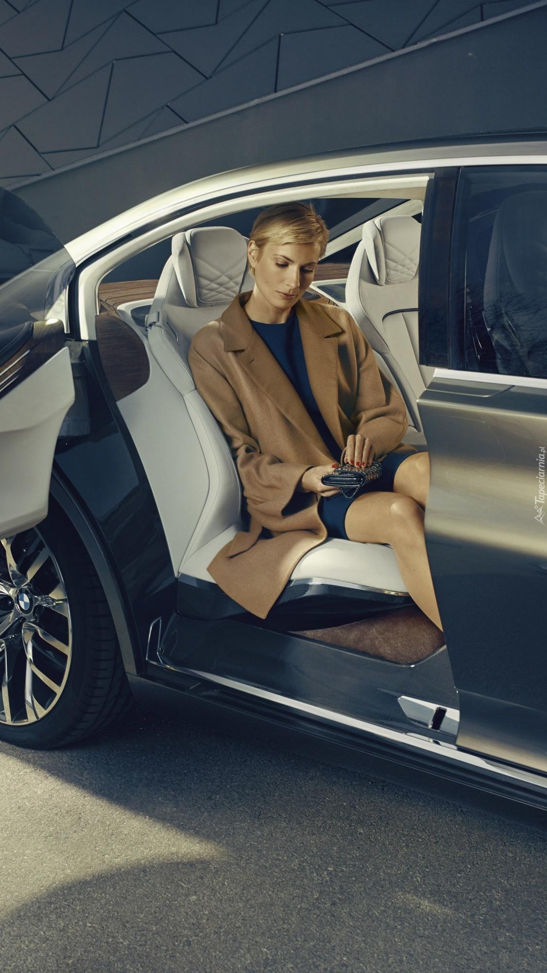 Kobieta wysiada z BMW