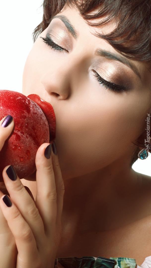 Kobieta z brzoskwinią