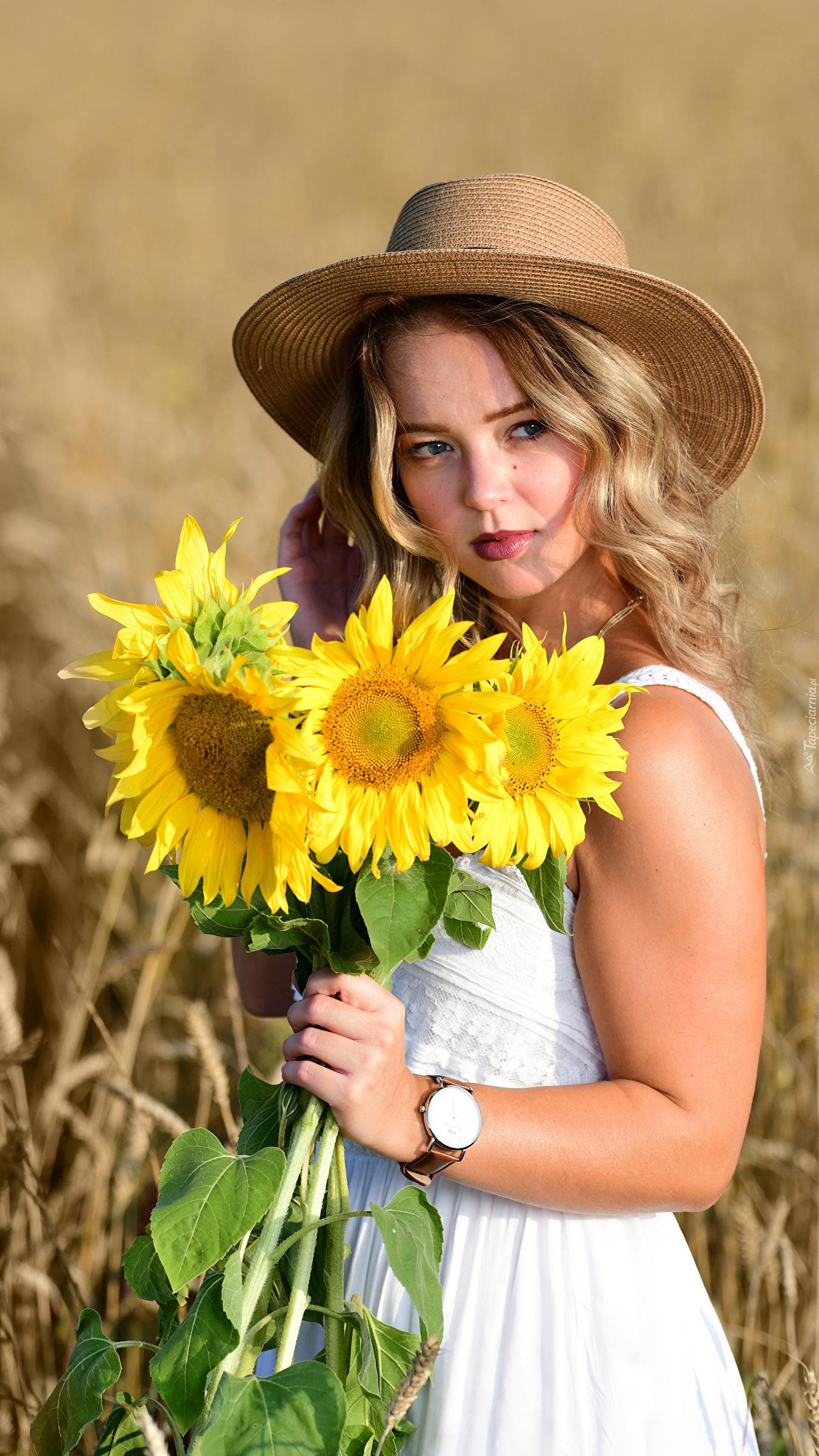 Kobieta z bukietem słoneczników
