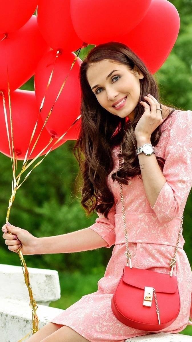 Kobieta z czerwonymi balonami