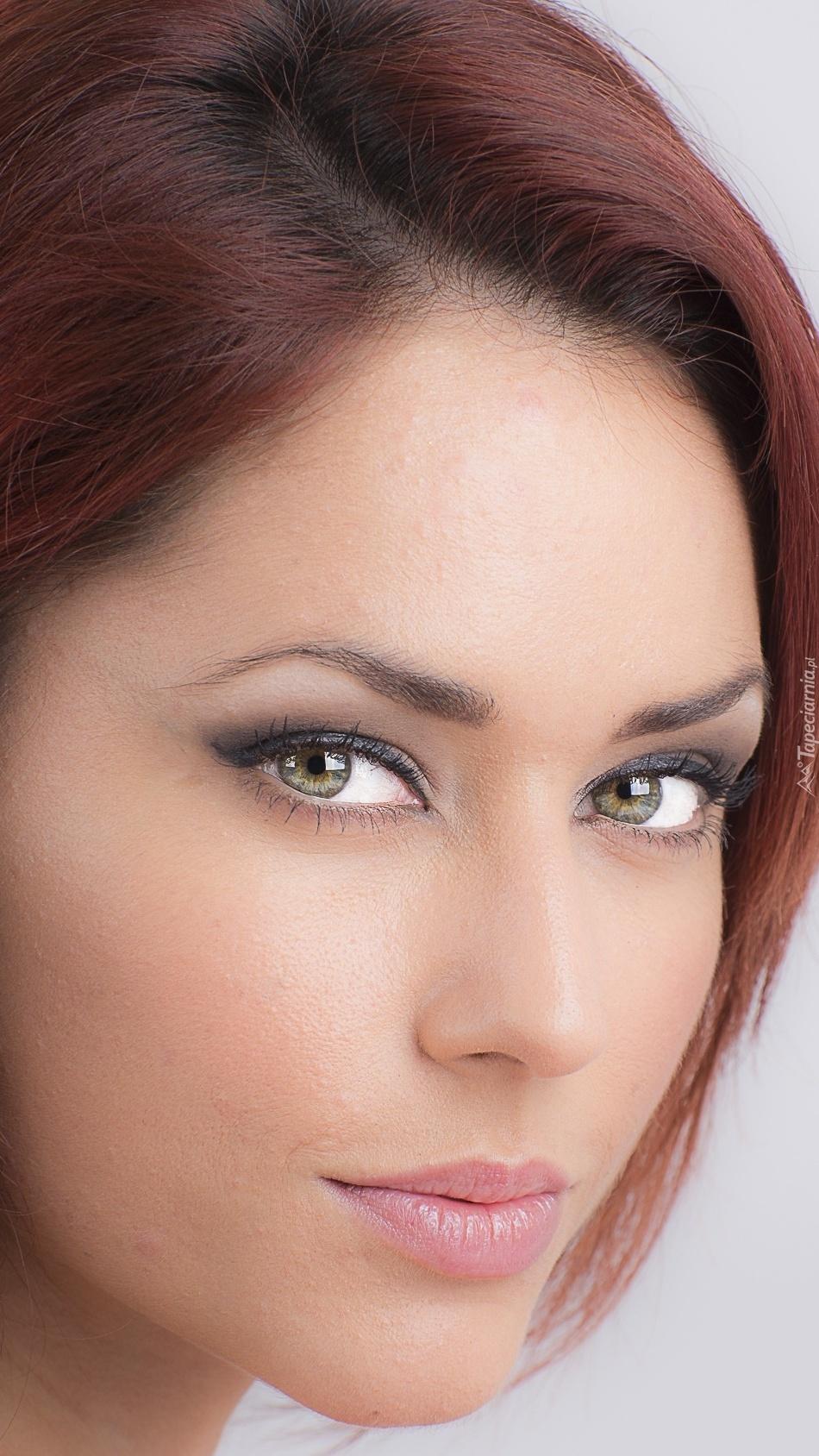 Kobieta z delikatnym makijażem