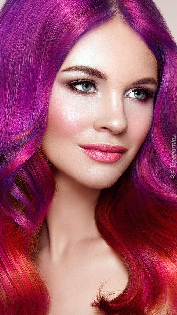 Kobieta z kolorowymi włosami