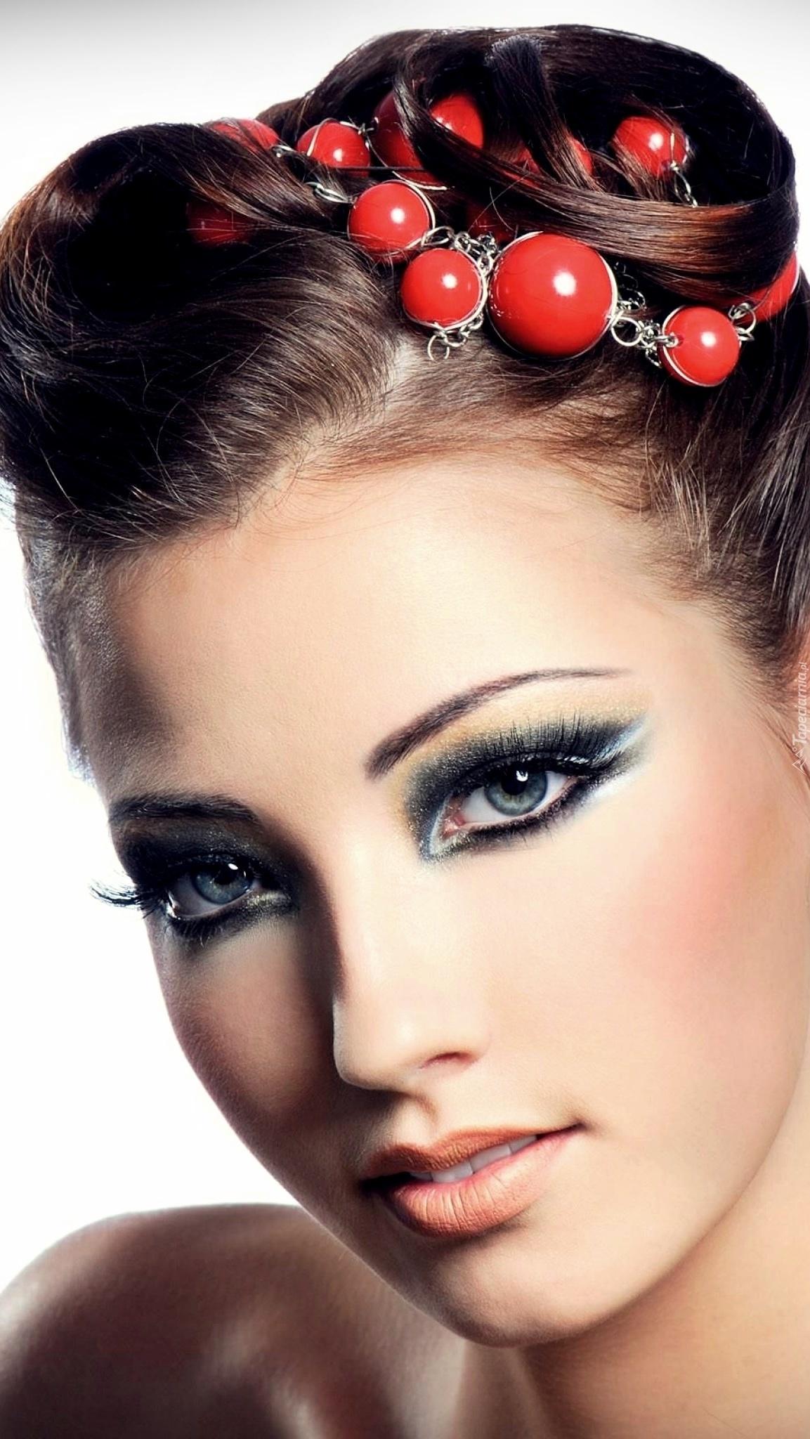 Kobieta z koralami w włosach