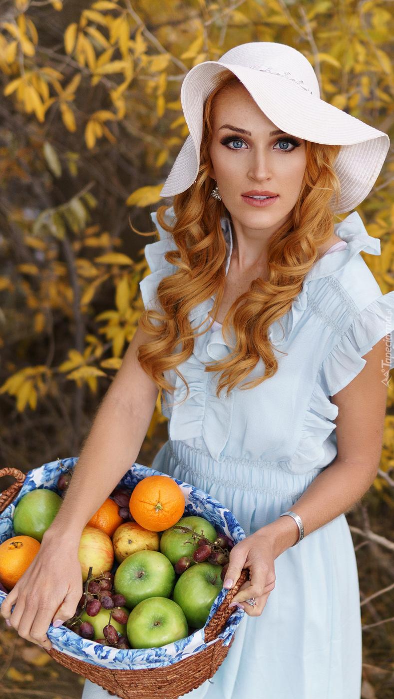 Kobieta z koszem owoców