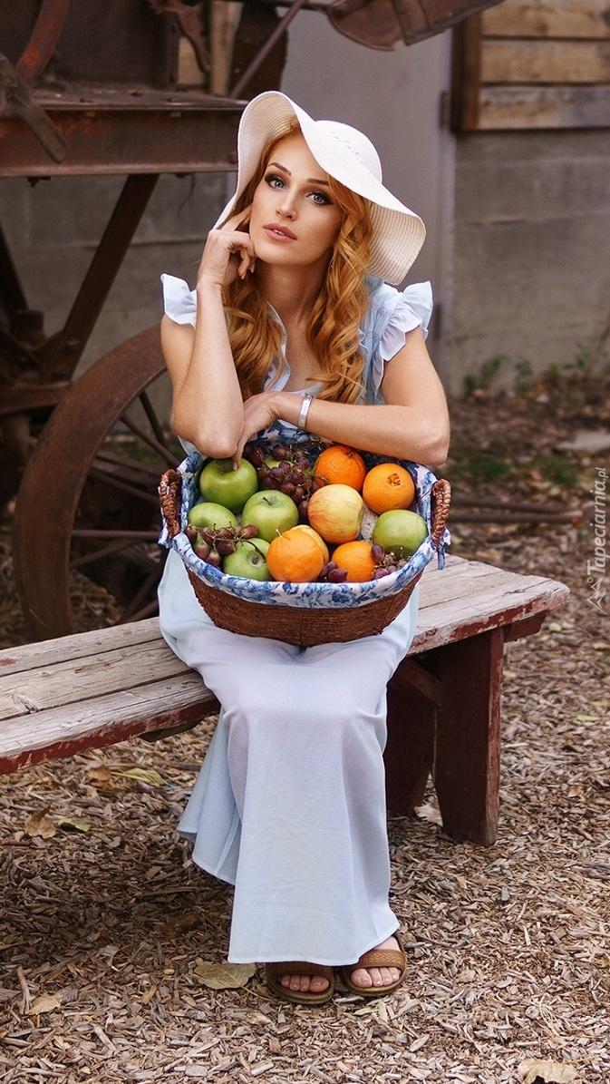 Kobieta z koszykiem owoców