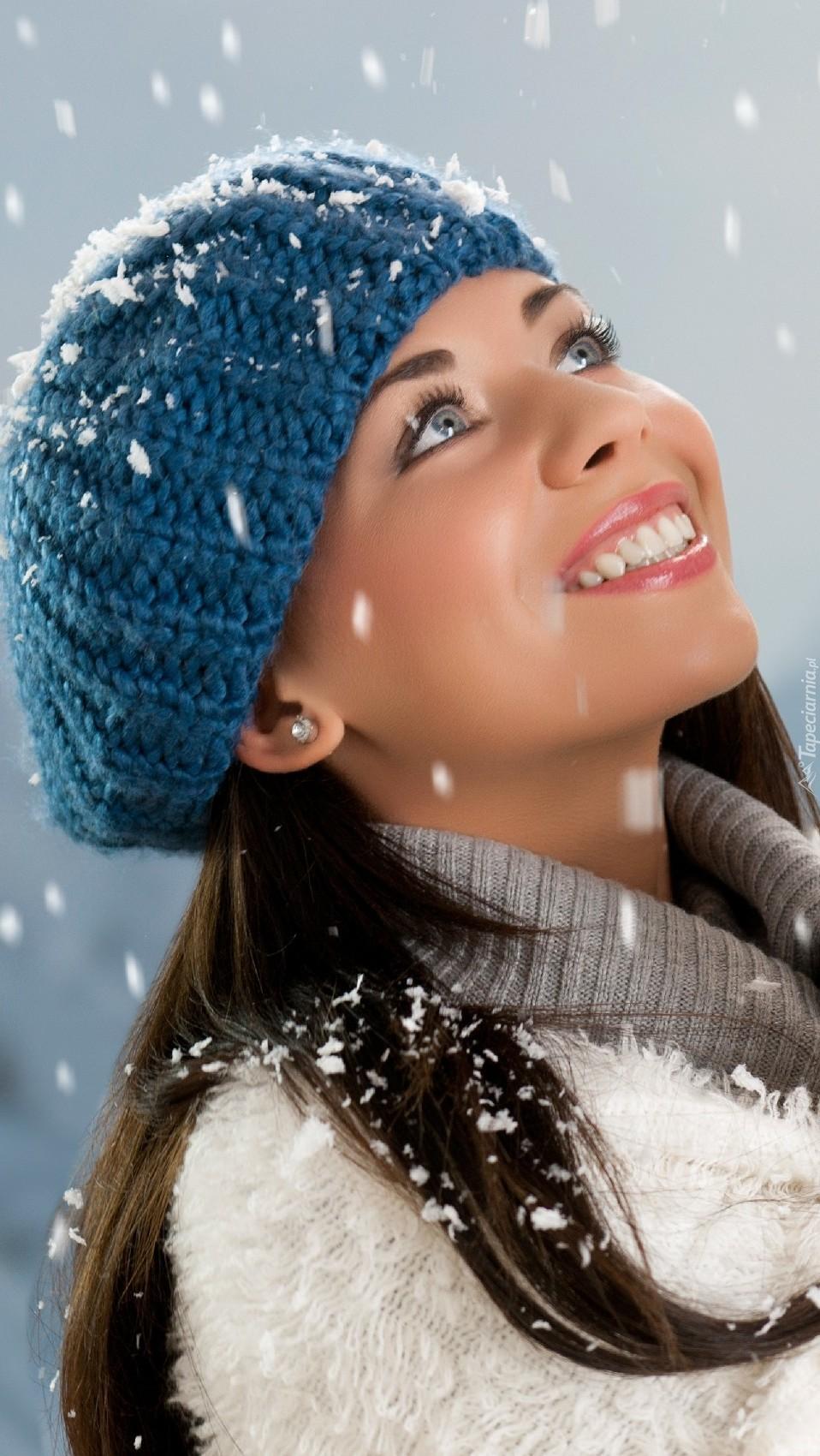 Kobieta z makijażem w padającym śniegu