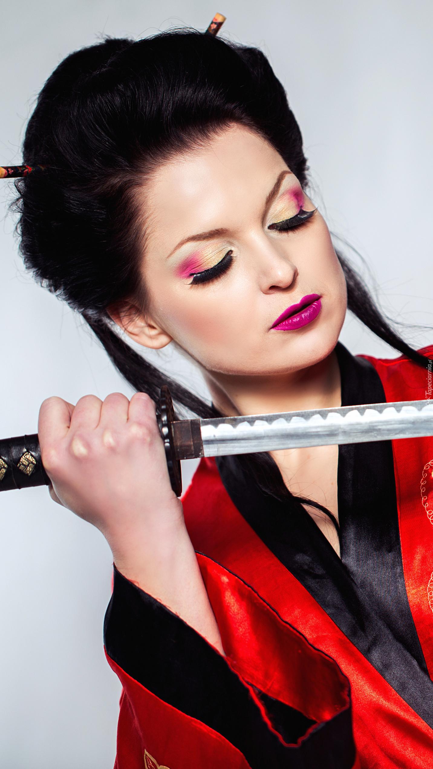Kobieta z mieczem samurajskim