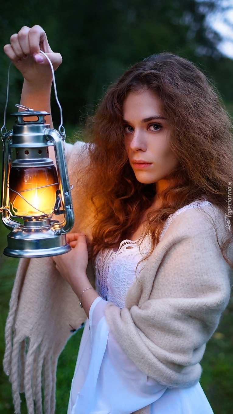 Kobieta z oświetloną lampą