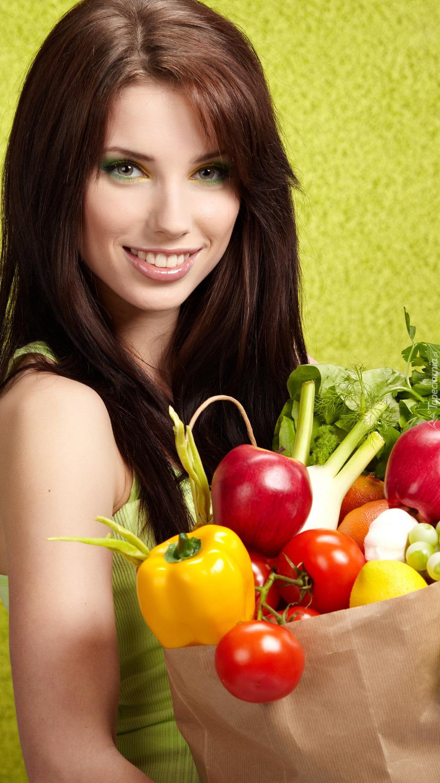 Kobieta z papierową torbą warzyw