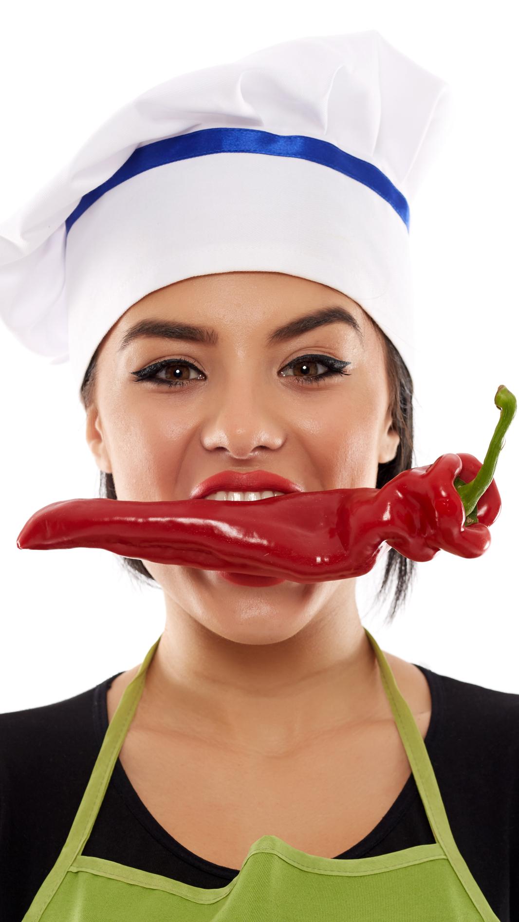 Kobieta z papryką w ustach