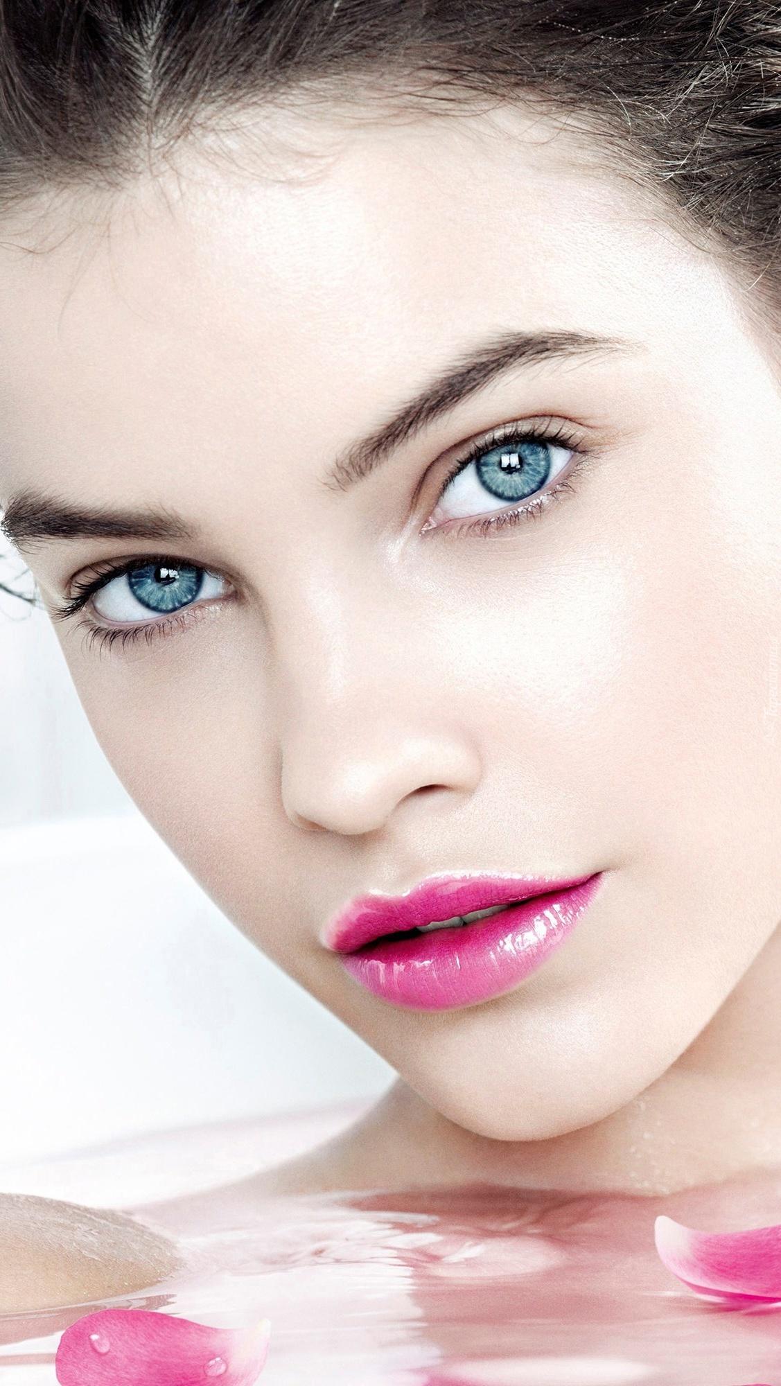 Kobieta z pięknie pomalowanymi ustami