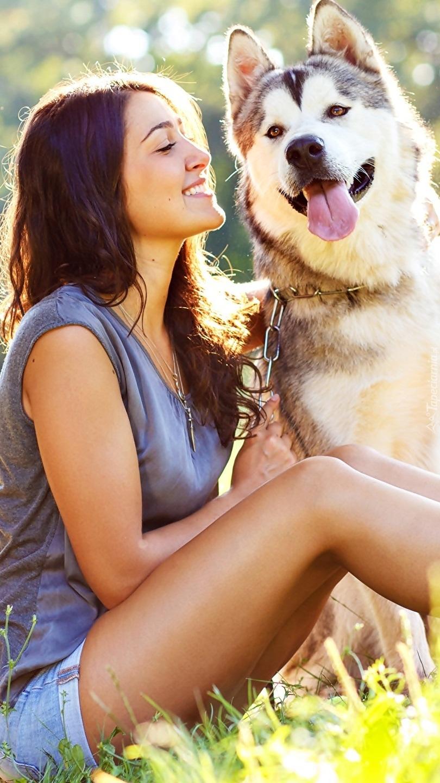 Kobieta z psem na polanie