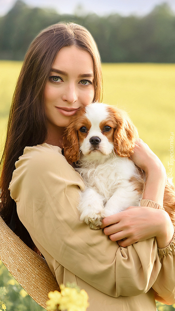 Kobieta z psem na rękach