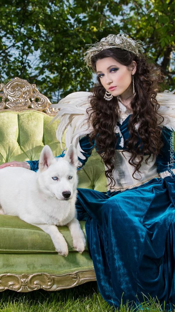 Kobieta z psem na sofie