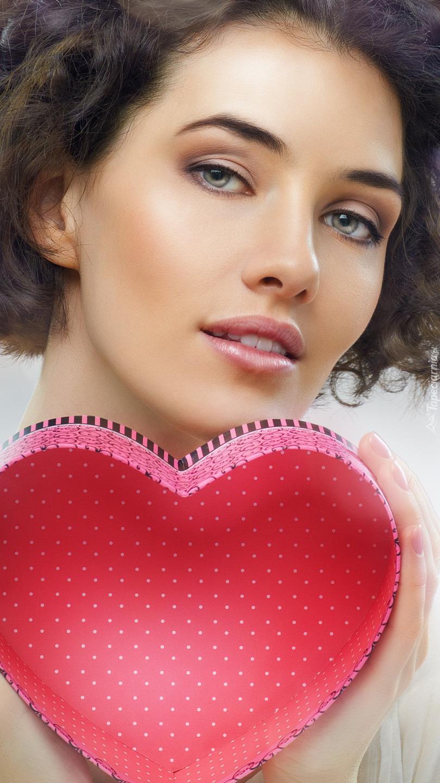 Kobieta z pudełkiem w kształcie serca