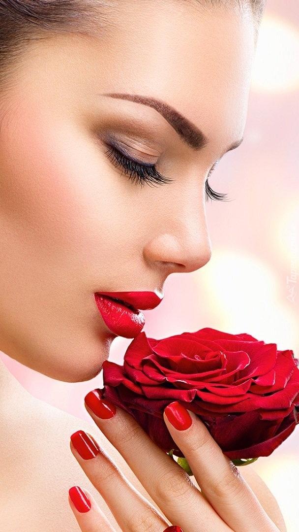 Kobieta z różą w ręce