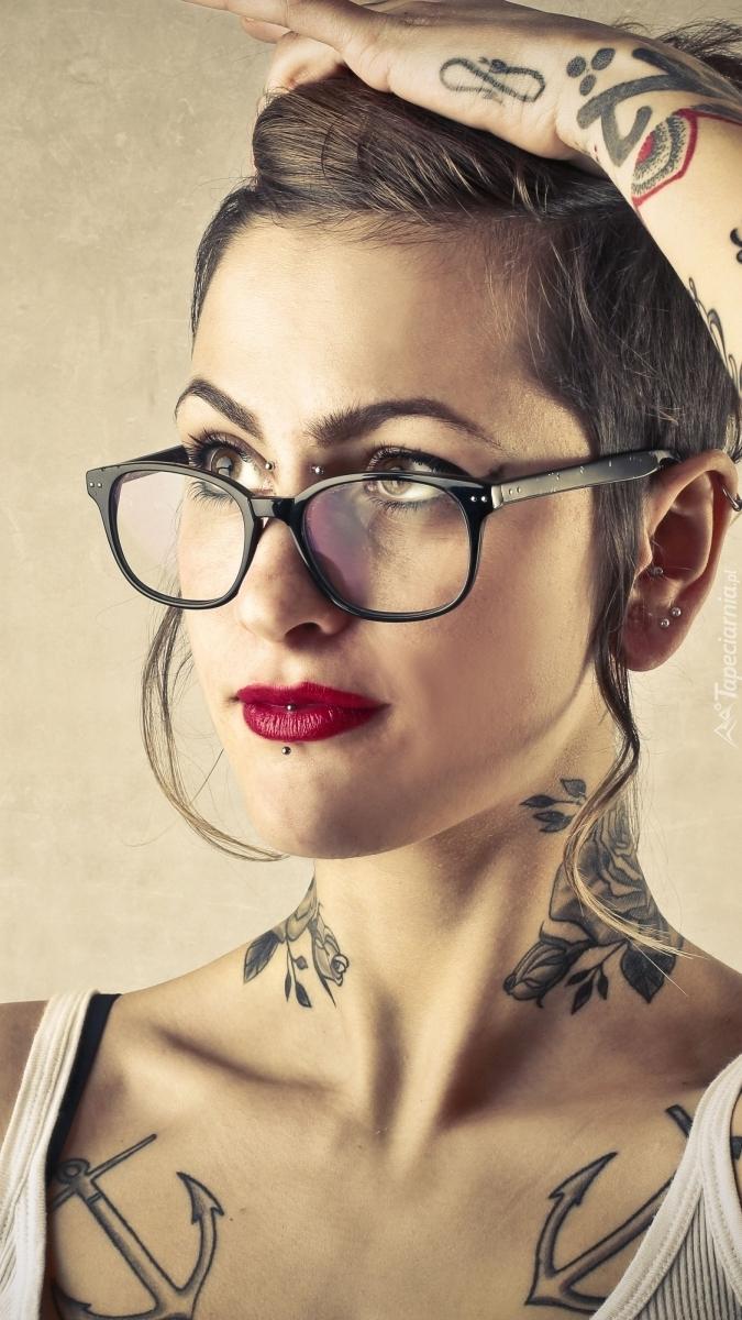 Kobieta z tatuażami i w okularach