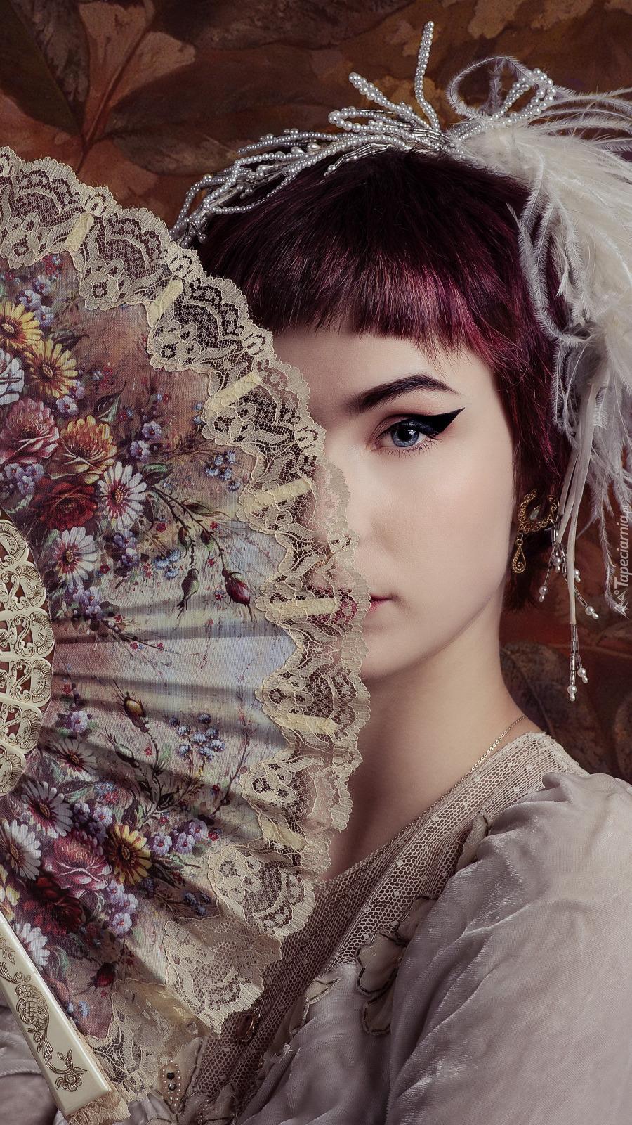 Kobieta z wachlarzem przy twarzy