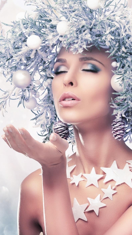 Kobieta ze świątecznym wiankiem na głowie